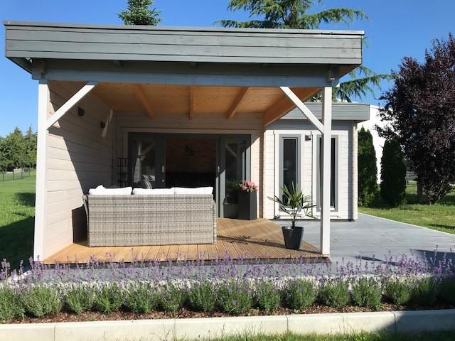 Timmerstugan Hansa Corner A som matplats och terrasslounge i trädgården
