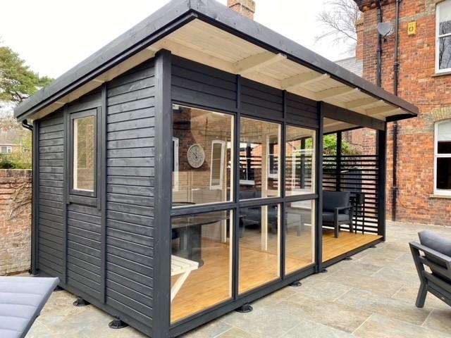Foto från kund på en nybyggd Elias grillstuga med veranda.
